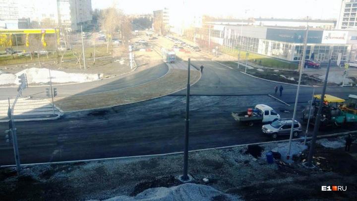 Открытие одного из главных перекрестков Эльмаша снова перенесли, но машины по нему уже ездят