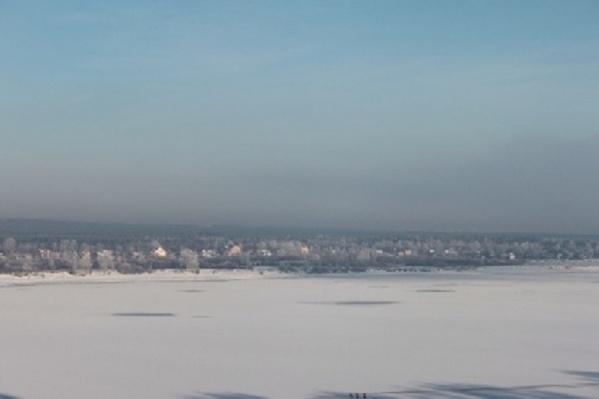 Лед на водоемах осенью и ранней зимой еще тонкий и непрочный. В это время выходить на его поверхность крайне опасно