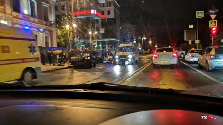 В ночном ДТП в центре Тюмени пострадали четыре человека. Публикуем видеозапись момента столкновения