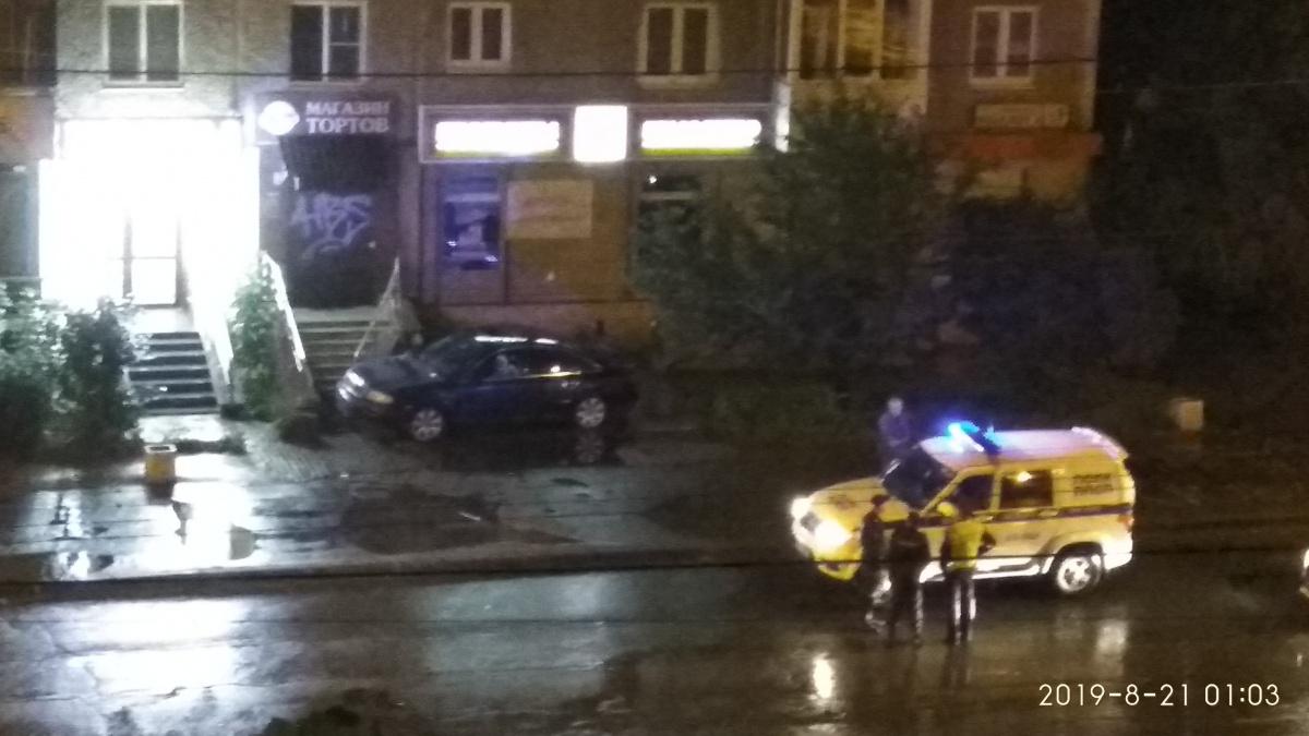 Полицейские что-то искали около машины