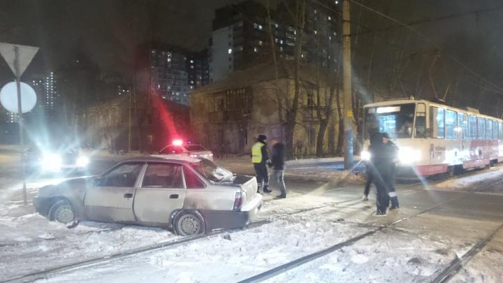 На Вторчермете водителю трамвая пришлось вытаскивать с путей автомобиль, который мешал проезду