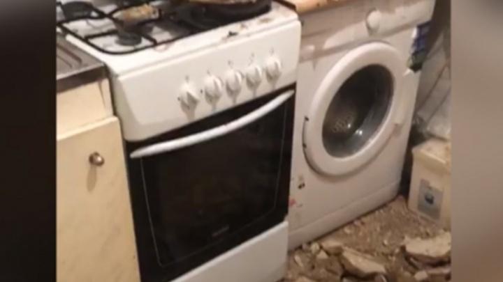 Управдом — о рухнувшем в квартире потолке: «Жильцы сами оторвали водосток»