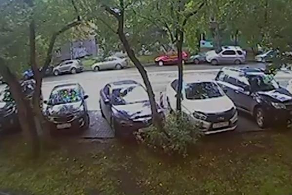 Honda, за рулем которой находился мужчина, врезалась в припаркованный на обочине автомобиль
