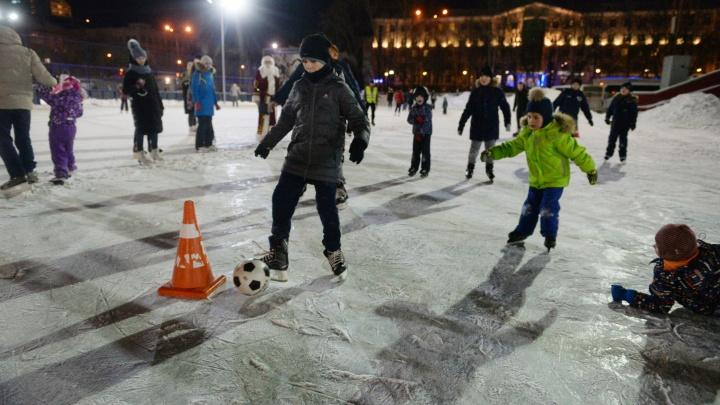Энтузиазм зашкаливал, но по воротам били редко: юные болельщики «Урала» сыграли в футбол на коньках