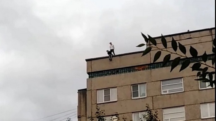 Видео: подростки устроили прогулку по крыше многоэтажки на Карбышева