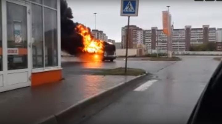 Рядом с «Ареной Омск» сгорела пассажирская «Газель»