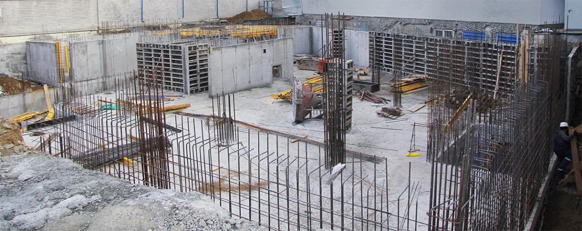 Строители уже залили монолитную плиту в основание здания и приступили к работам по возведению подземного паркинга