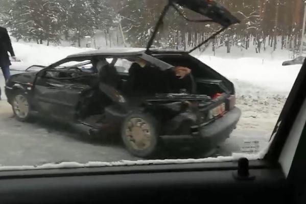 У отечественного авто выбило стёкла с правой стороны