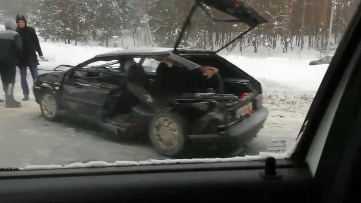 «Авто разворотило в клочья»: на трассе под Самарой Lada влетела в «Газель» с прицепом
