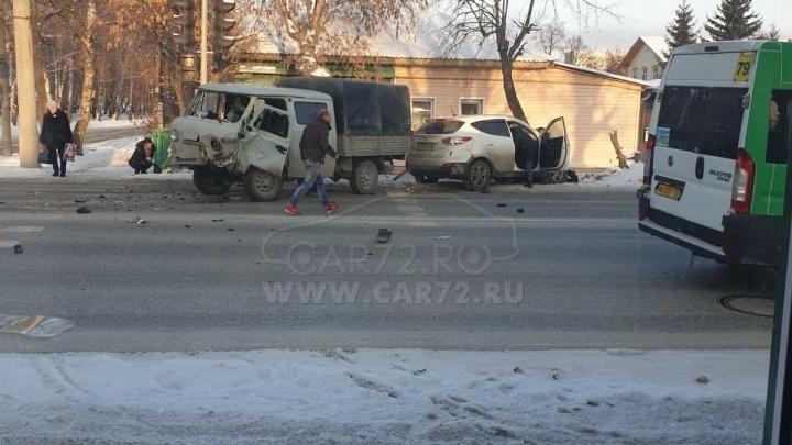 Тюменка на Hyundai спровоцировала серьезную аварию, проехав на красный свет