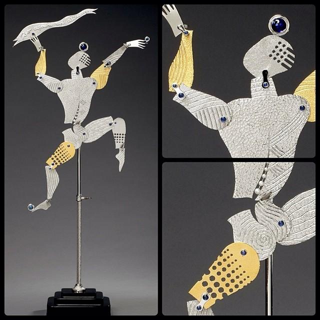 «Танцующий человек» — идеальная иллюстрация способностей мастера. Скульптура была создана в качестве подарка к 80-летию Тонино Гуэрра. С этим поэтом и сценаристом сотрудничали Феллини, Антониони и Тарковский. Танцующий человек основан на концепции манекена, который используется студентами искусства при обучении рисовать человеческое тело в движении. Алекс Солджер создал 558-миллиметровую скульптуру из золота и серебра, оникса, аметиста и синего топаза<br>