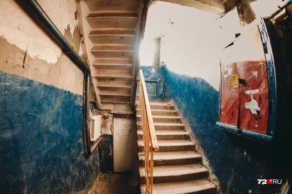 В старом жилфонде подъезды иногда выглядят примерно так