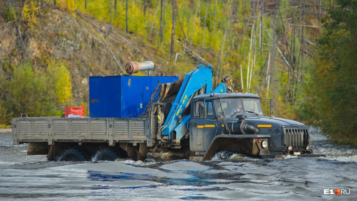 Вот так машины проезжают Лозьву, когда уровень воды спадает