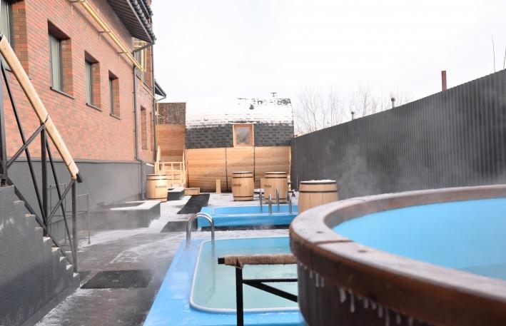 Рядом с бочкой для парения расположены бассейны с теплой и холодной водой