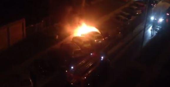 Видео: на Народной вспыхнул белый «Фольксваген»