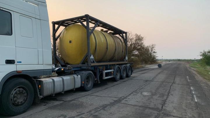 Дальнобойщик вылил 24 тонны кислоты на трассу в Волгоградской области