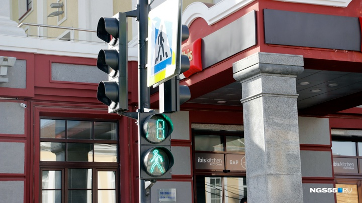 В Омске установили два новых светофора на «зебрах»