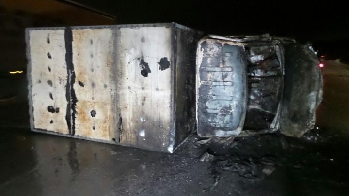 В грузовике находились 10 баллонов с пропаном: на ЕКАД столкнулись и загорелись ГАЗель и Skoda