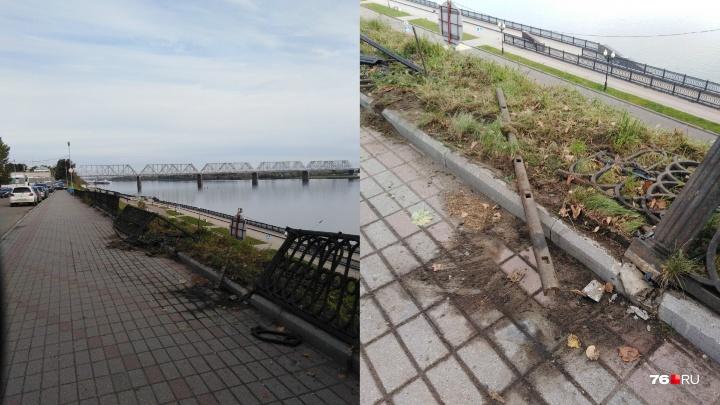 Вырвали с корнем: на набережной разворотили чугунное ограждение