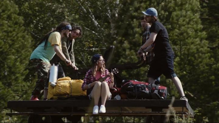 Красивый маршрут летнего путешествия по Сибири показали в новом клипе «Омского бекона»