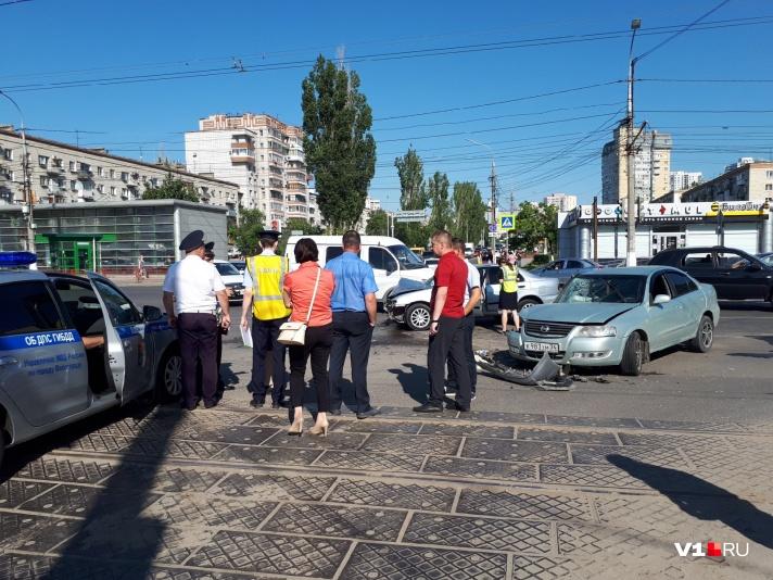 В центре Волгограда произошло ДТП с участием нескольких машин: есть пострадавшие - фото, фото-1