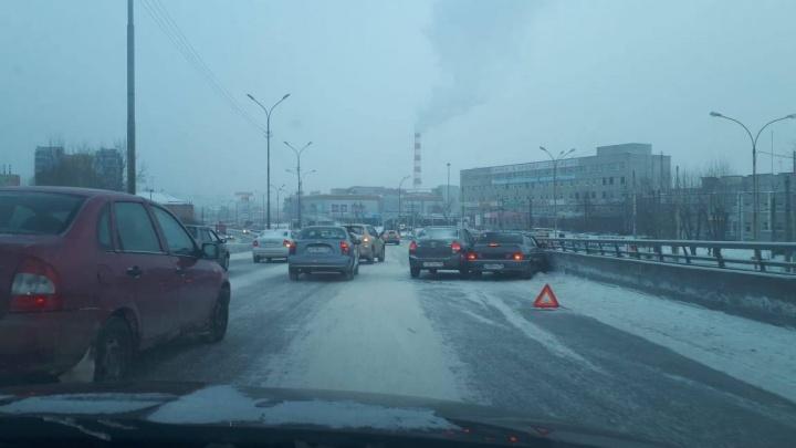 Снежный онлайн: из-за сильных осадков в Екатеринбурге много мелких аварий