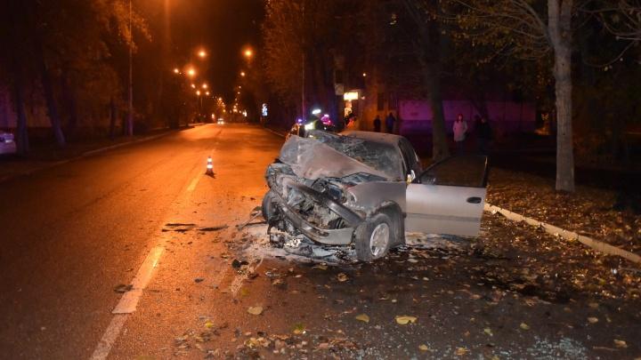 На Уралмаше Toyota влетела в дерево: погиб пассажир
