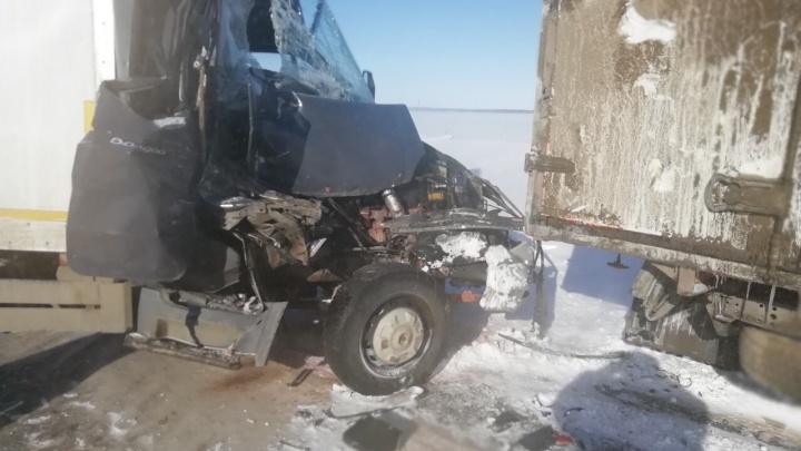 «Будто кулаком ударили по кабине»: на трассе М-5 «Урал» под Самарой столкнулись 7 автомобилей
