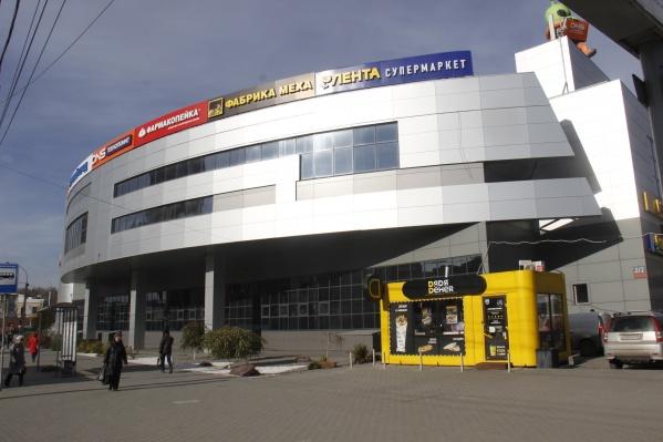 Вывеску «Холидея» на ТЦ сменила вывеска нового арендатора