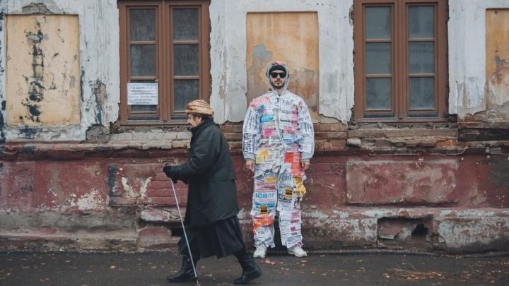 «Я занимаюсь откровенной ерундой»: интервью с художником, который сделал костюм из объявлений