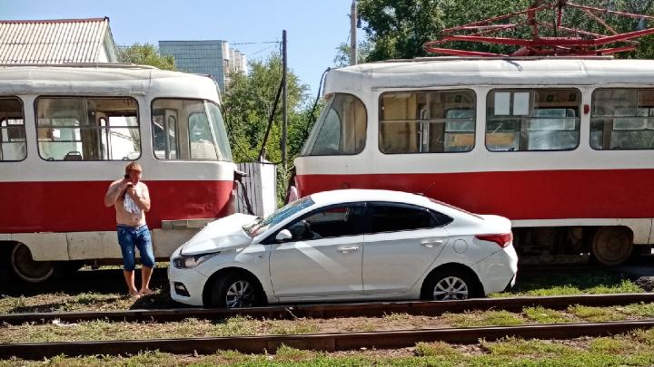 Выбросило на рельсы: в Самаре столкнулись «Хёндэ-Солярис» и трамвай