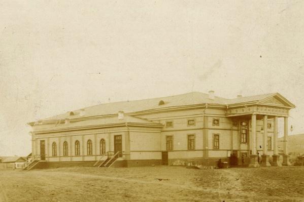 С этого здания началось кино в Красноярске — городской театр до пожара