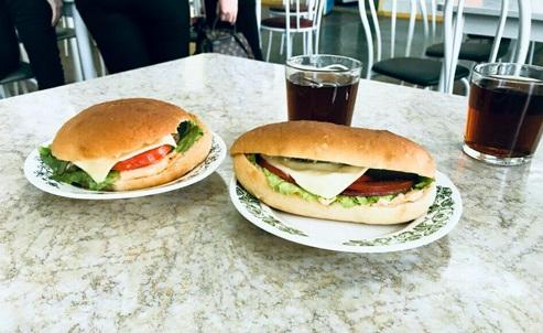 В школах Красноярска появились гамбургеры и салаты цезарь