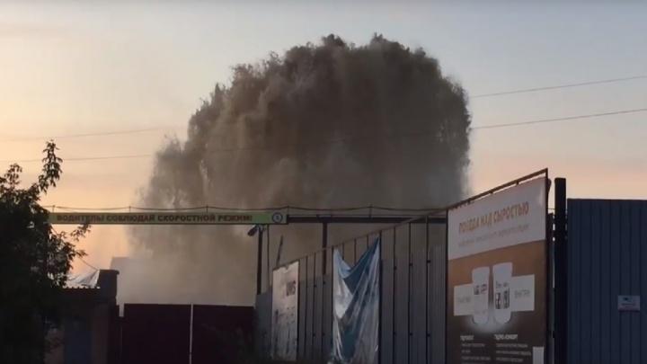 Коммунальное ЧП на Барабинской: из-под земли бьет вонючий фонтан