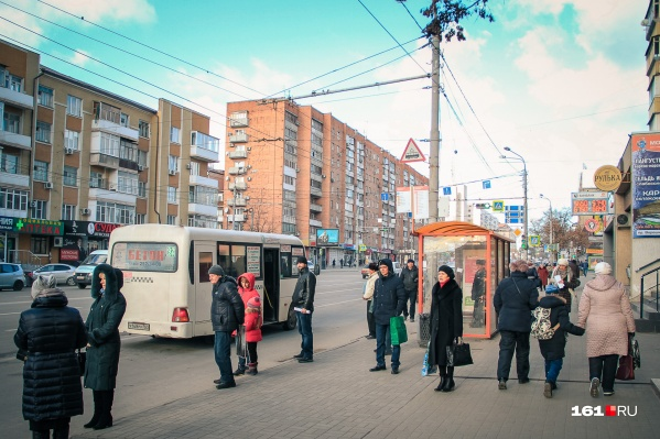 Ростовчанам пришлось изрядно померзнуть на остановке в ожидании 63-го автобуса