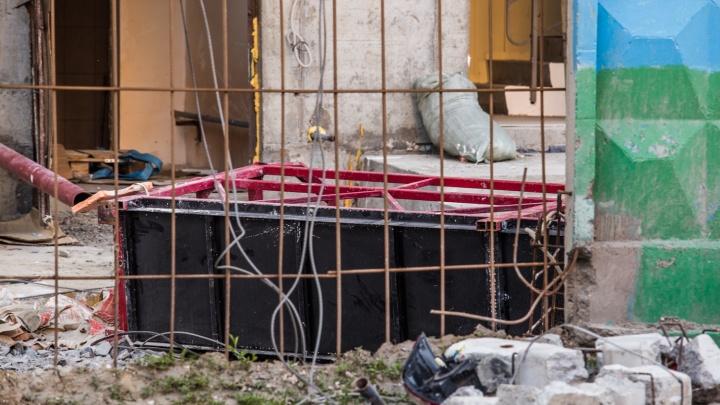 Появилось страшное видео падения люльки с рабочим со стройки на Шамшурина