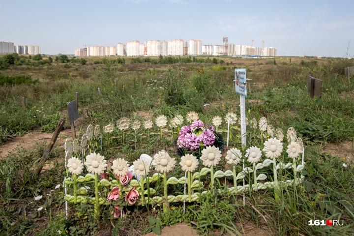 Администрация кладбища помогла волонтерам скосить траву на этом участке