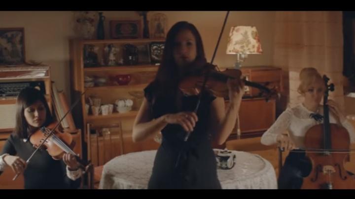 Известные скрипачки сняли трогательный клип про мечту о пионерском галстуке
