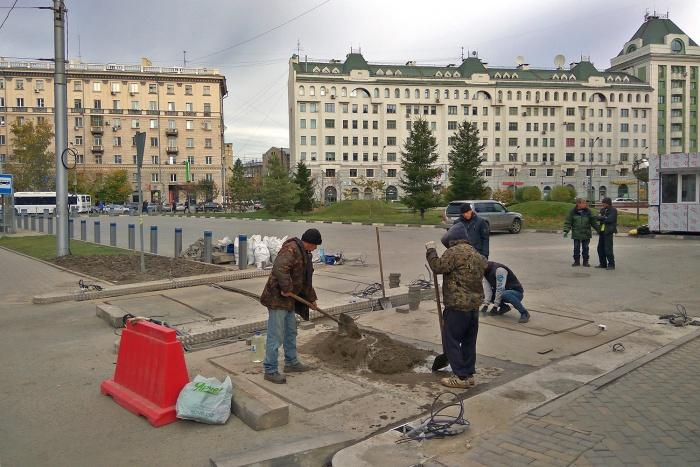 Платная парковка у сквера на Орджоникидзе, 18 должна была открыться 30 сентября, но её ещё строят