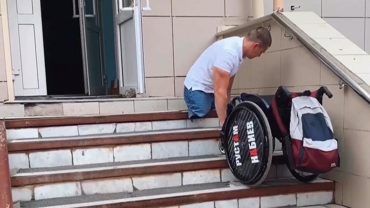 Десантник, потерявший ноги в Светлом, показал, как ползком забирается в поликлинику