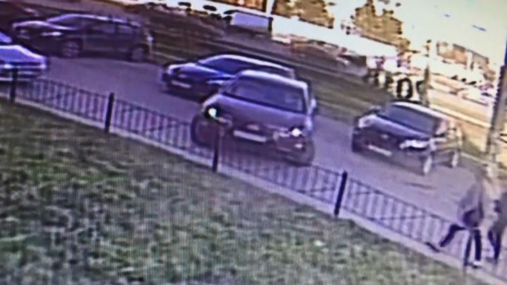 Екатеринбуржец ищет по видео женщину на Lexus RX, которая разбила его машину и уехала
