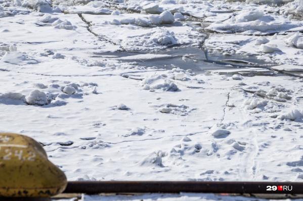 Лёд ещё не успел сковать Северную Двину, но по нему уже пробуют ходить люди