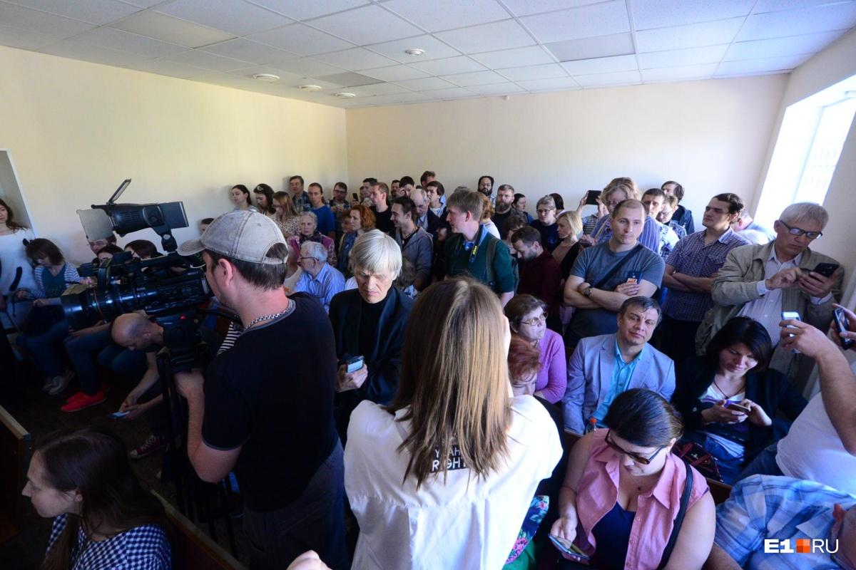 По данным приставов, всего на сегодняшний процесс пришло около 100 человек
