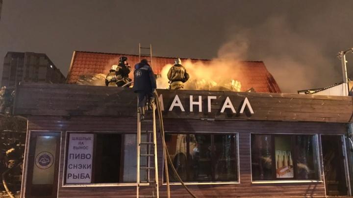 На Дыбенко сгорела пивная-автосервис