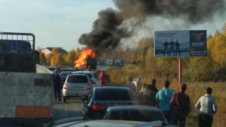 «Жуткое зрелище»: под Челябинском легковушка вспыхнула после столкновения с грузовиком
