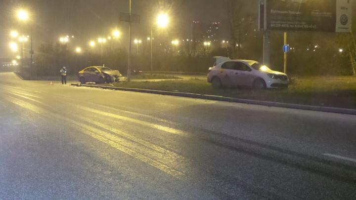 На Егоршинском подходе девушка протаранила такси на взятом напрокат автомобиле