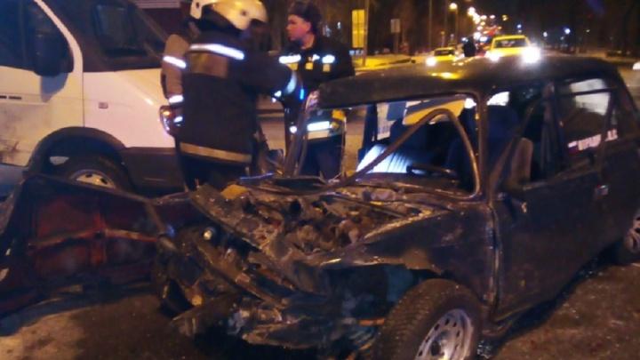 Водитель собой разбил лобовое стекло: в Екатеринбурге ищут свидетелей столкновения «Газели» и ВАЗа