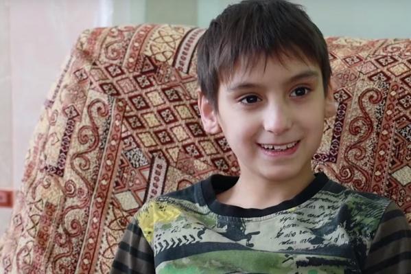 Мальчик Саша живет в детском доме 10 лет