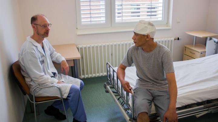 «Я не мог даже шапку надеть»: врачи спасли рабочего с фиолетовой головой странной формы