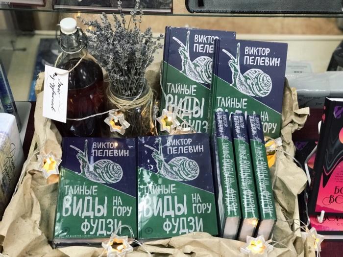 Новая книга уже появилась в крупнейших книжных Новосибирска. На фото — выкладка в «Плинии Старшем»
